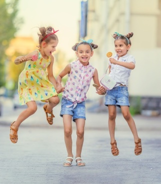 Лиза со своими троюродными сестрами))