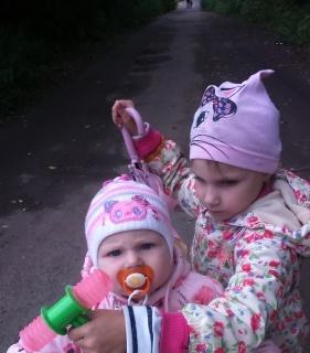 Наташа Кондукова и сестренка Катя
