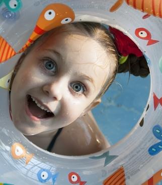 Доченька Иришка радуется отдыху на воде