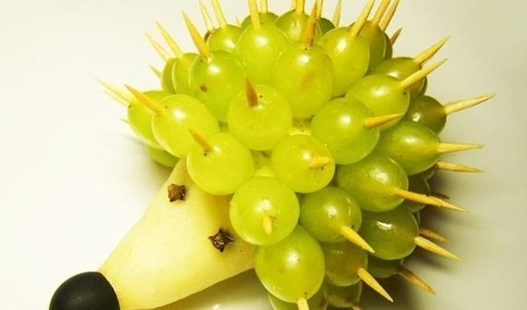 Готовим грушево-виноградного ежа