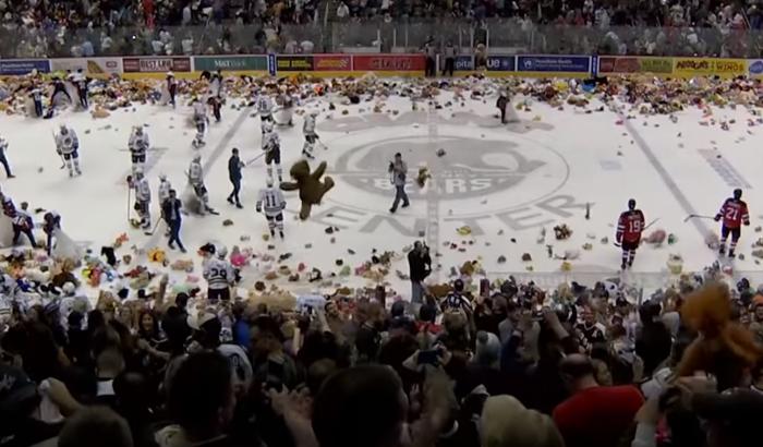 В США хоккейные болельщики установили рекорд, выбросив на лёд почти 35 тысяч игрушек