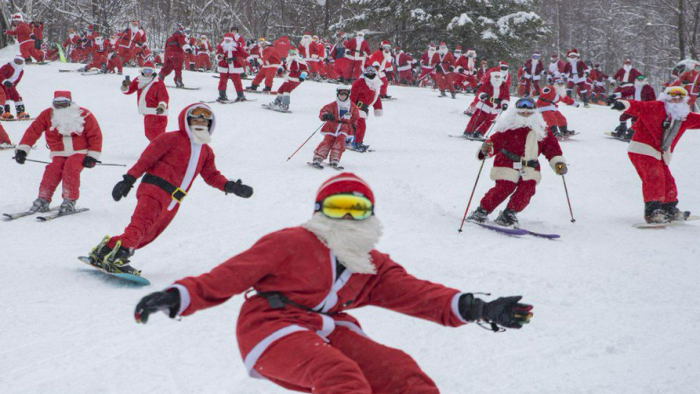 Сотни Санта-Клаусов устроили массовый благотворительный спуск на лыжах и сноубордах