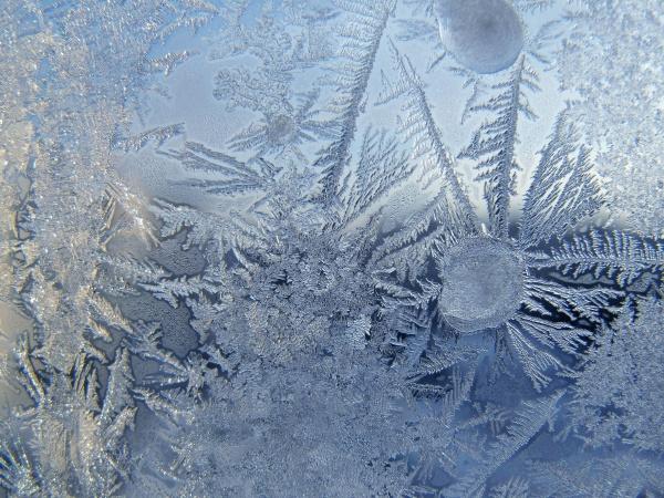 В Москве установили экраны, на которых можно нарисовать свой портрет из ледяных узоров