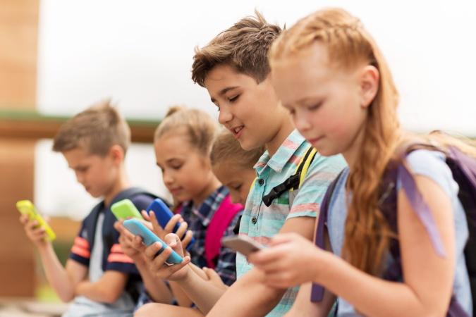 Сколько времени современные дети проводят за экранами смартфонов?