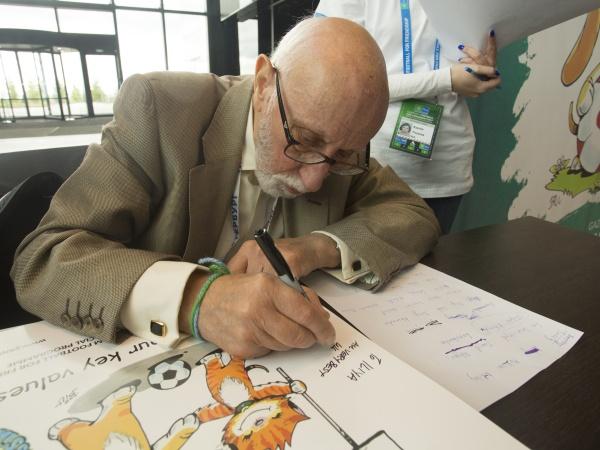 """Автор комиксов """"Love is.."""" создал стикерпак Международной программы """"Футбол для дружбы"""""""