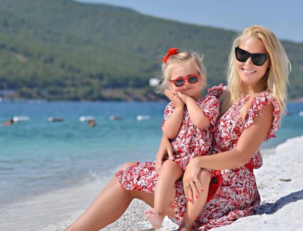 Пелагея поделилась снимками осеннего отдыха на море с 2-летней дочкой