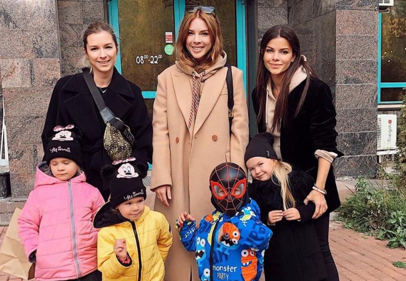 Сын Подольской удивил ее поклонников, отправившись на прогулку в маске Спайдермена
