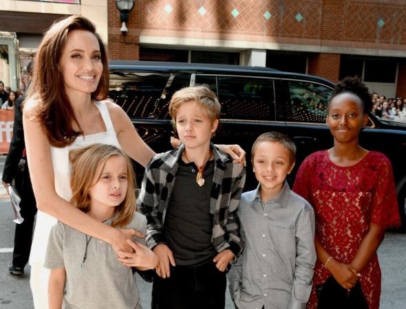Анджелина Джоли с детьми на испанском побережье