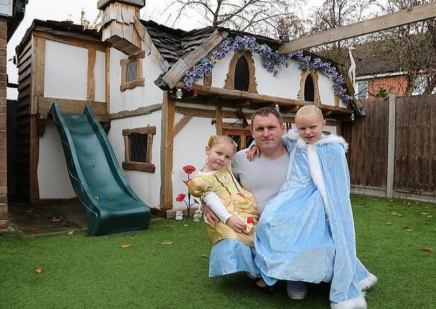 Папа построил для дочерей игровой домик в стиле Disney