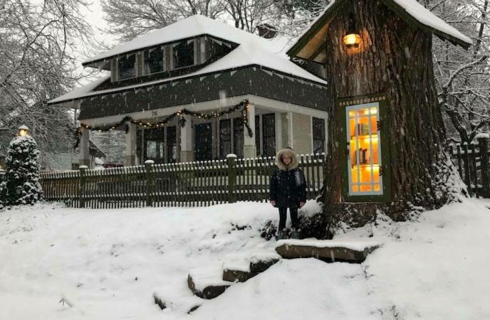Женщина устроила библиотеку в стволе 110-летнего дерева