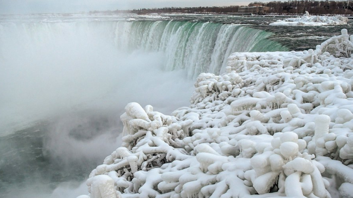 Ниагарский водопад начал замерзать из-за сильных морозов