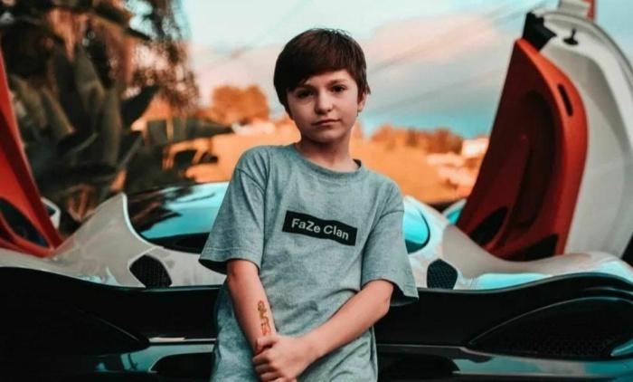 12-летнего профессионального игрока в Fortnite забанили на Twitch из-за возраста. Теперь он стримит с мамой на YouTube