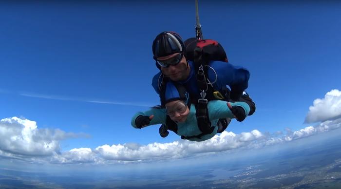 10-летняя девочка из Екатеринбурга прыгнула с парашютом с высоты 2,4 км и установила рекорд