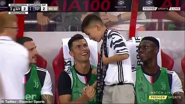 Роналду не стал прогонять юного фаната, который прорвался к нему на поле