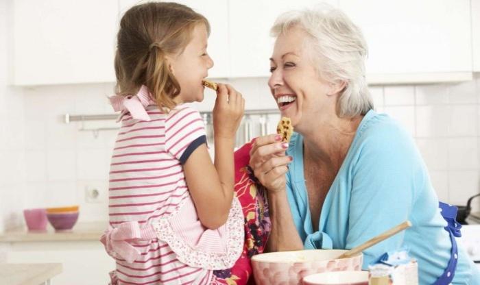 Ученые выяснили, что бабушки и дедушки, заботящиеся о внуках, живут дольше