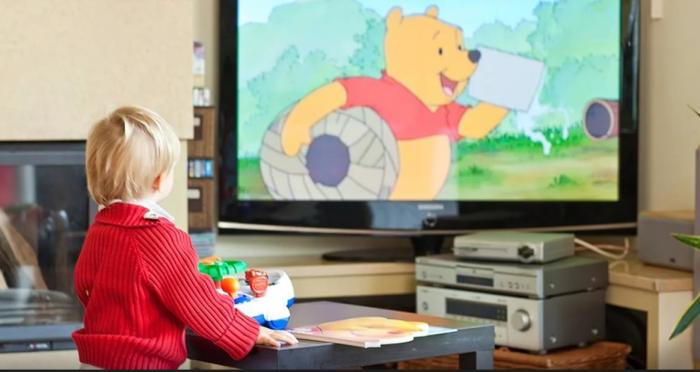 Почему ребенку необходимо смотреть телевизор