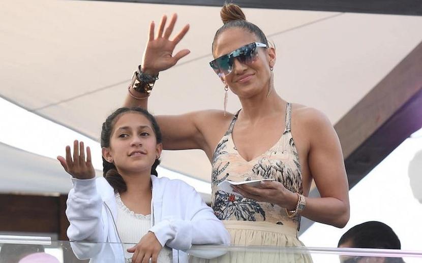 Дженифер Лопес восхитила поклонников дружным семейным уикендом на скачках вместе с детьми