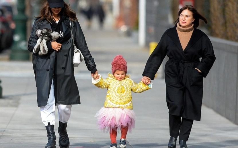 """Дочка Ирины Шейк устроила """"дефиле"""" по улицам Нью-Йорка вместе с мамой и бабушкой"""