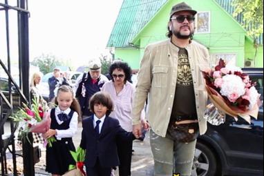 Кто из российских звезд отправил детей в школу