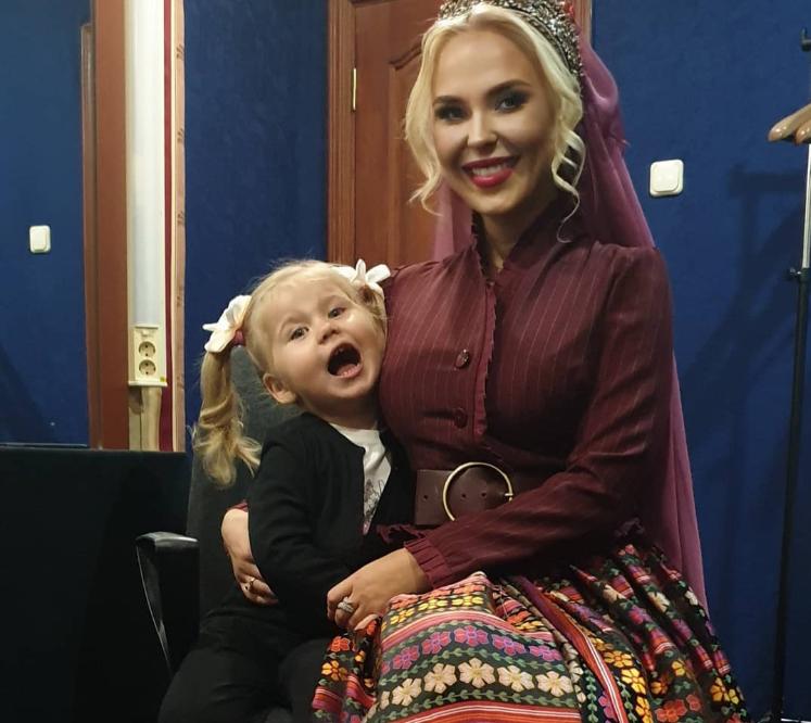 Пелагея пришла на концерт с дочкой и умилила своих поклонников