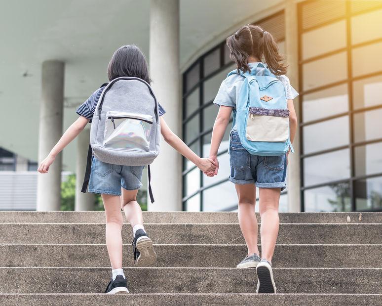"""Школьники изобрели """"умный рюкзак""""! О сам соберет учебники в школу"""