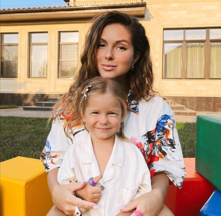 2-летняя дочка Нюши восхитила соцсети, примерив мамины украшения
